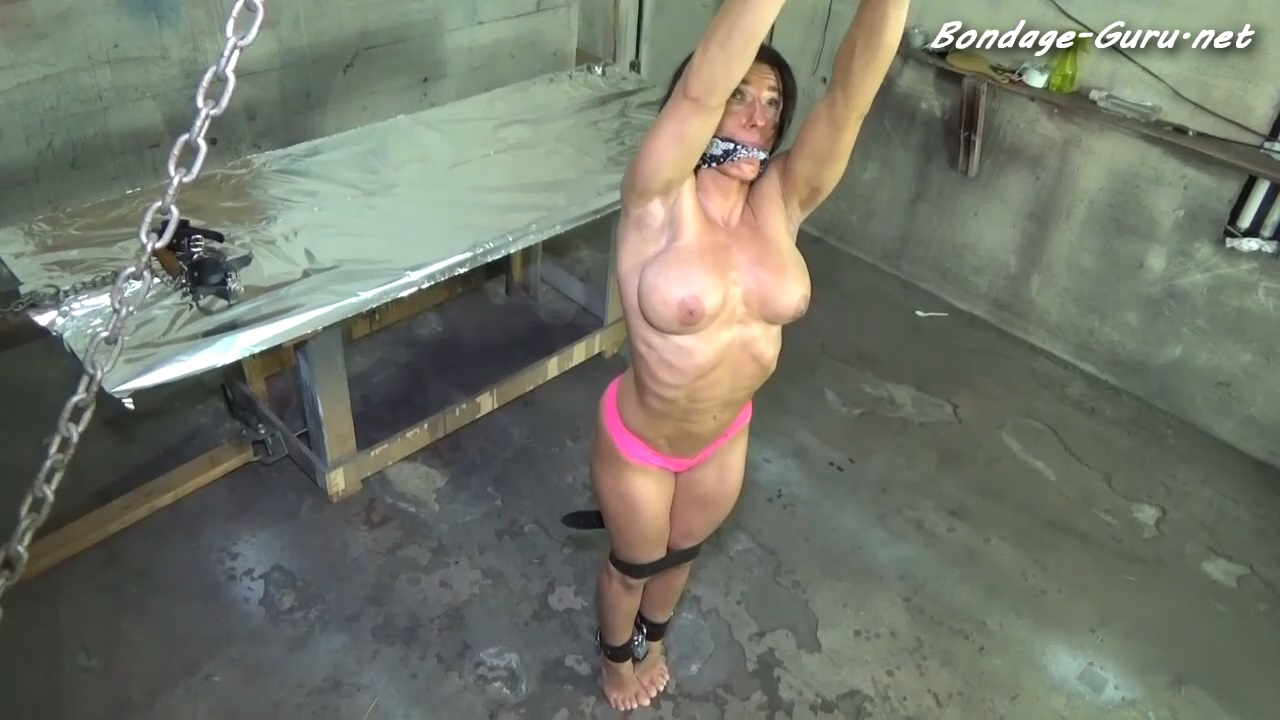 MUSCULAR BODY BUILDER CRANKED UP ONTO HER TIP TOES